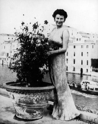 Peggy Guggenheim con un  Delphos de Fortuny, Venecia 1950