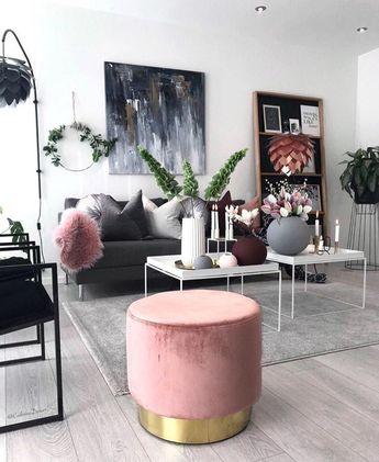 Déco salon moderne avec des tableaux au mur, des plantes et des touches de couleur
