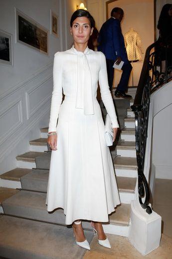 dbd288fd312 PHOTOS - Sienna Miller adopte une ravissante robe au style