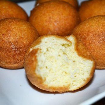 Receta de Buñuelos Colombianos, súper fácil y rápida #SoyCocinero Ingredientes: 1 taza de Maizena, almidón de maíz 2 tazas de queso blanco fresco molido 1/4 cucharadita de polvo de levadura 1 yemas de huevo 1/4 taza de leche 1/2 cucharadita de azúcar o panela raspada Preparación: Se amasan la Maizena con el queso, levadura, yema de huevo, azúcar y la leche necesaria para formar una pasta suave, deben amasarse mucho hasta que los ingredientes se encuentran bien mezclados; se hacen bolitas con la