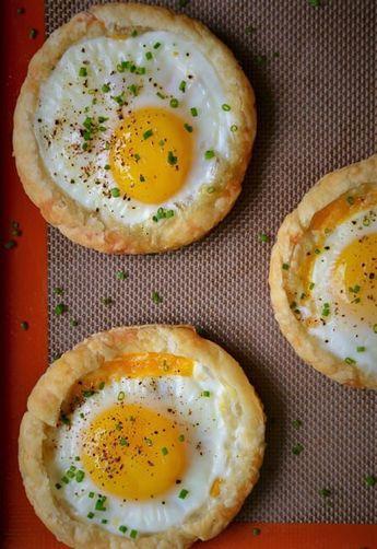 Malzemeler 4 adet milföy hamuru 4 adet yumurta ¼ su bardağı rendelenmiş kaşar peyniri Taze soğan (isteğe bağlı) Milföy hamurlarını açın ve her birini yuvarlak olacak biçimde kesin ve üzerlerini çat…