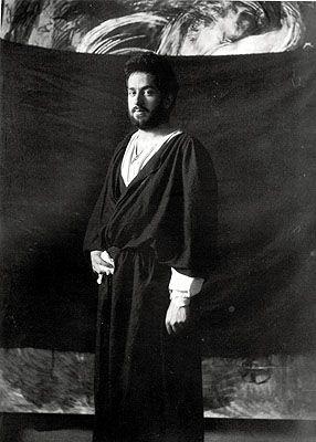 Mariano Fortuny. Su talento abarcaba también la investigación en diferentes campos, como pintura, fotografía, escultura, arquitectura, escenografía o técnicas de iluminación para artes escénicas. De hecho colaboró en los vestuarios y escenografías del teatro del la Scala de Milán