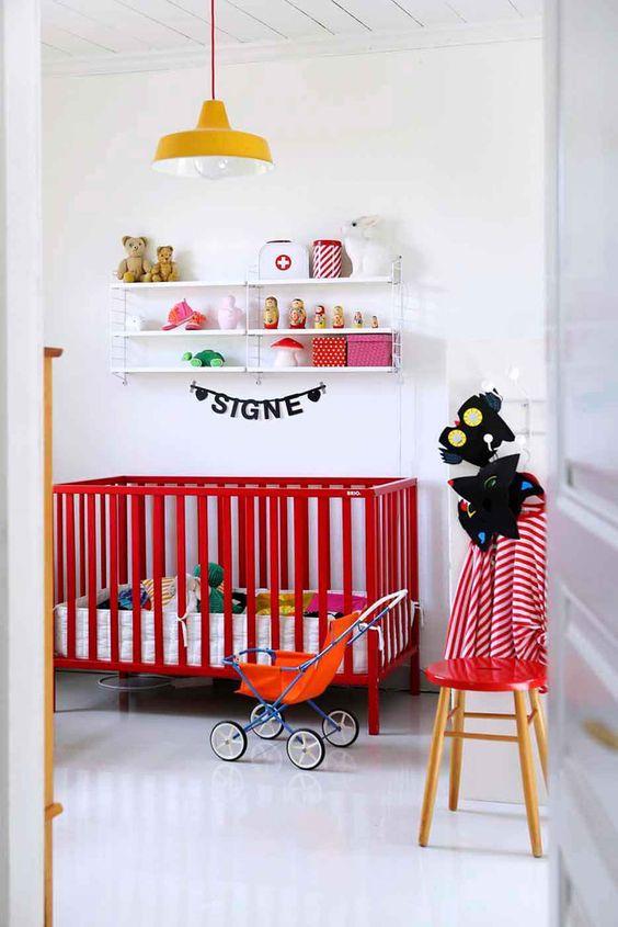 Warna merah sebagai aksen dalam kamar tidur bayi.