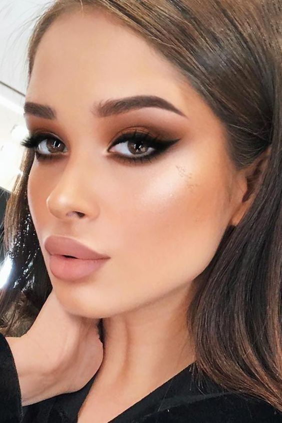 Check out many variations of cat eye makeup technique. This makeup is ultimately tasteful and really sexy, and you can rock it for any occasion. #makeup #makeuplover #makeupjunkie #cateye #makeuptutorialhighlight