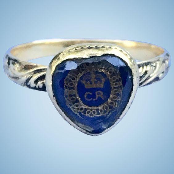 Я не могу сказать достаточно об этом музейном экспонате. Это кристалл Стюарта в форме сердца, с писцом CR и короной из золотой нити, который сидит на кровати из синего шелка. У него есть корзина и красивый чеканный хвостовик, который удивительно сохранил остатки черной эмали. Весит 2 грамма. Кольцо находится в удивительном состоянии, и это примерно 1660-1690, периода сразу после казни английского Стюарта Кинга, Чарльза I. Те из вас, кто покупает и собирает траурные украшения, знают, что изделия