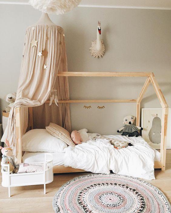 houten bed met bedhemel kinderkamer