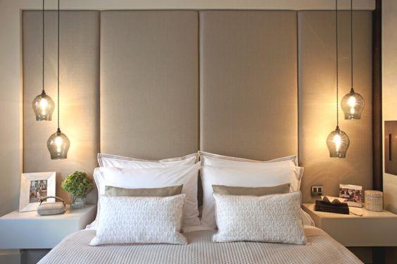 Chambre à coucher éclairée avec des lampes de chevet originales