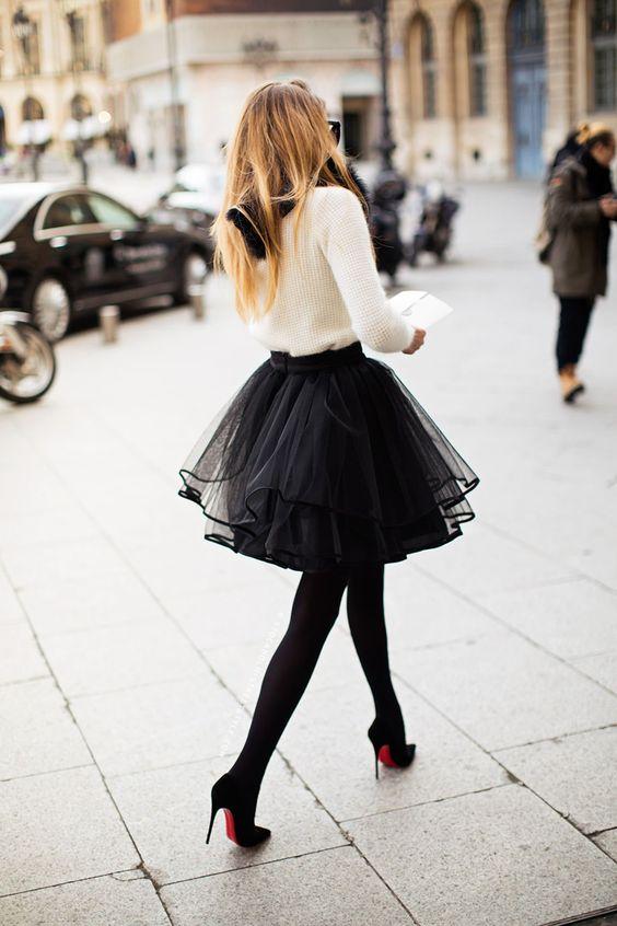 Chica con falda de tul negra corta.
