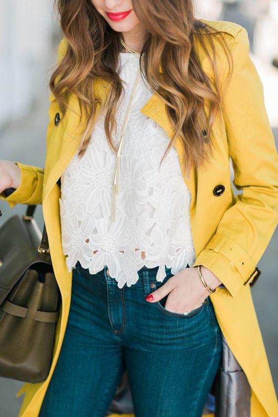 Chica con gabardina de color amarillo vibrante.