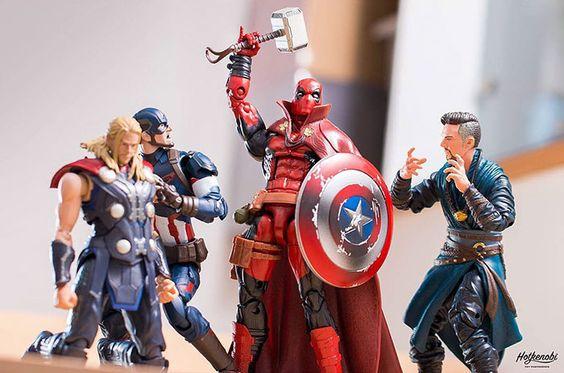 Ya sea Hulk aplastando una lata de refresco o Spiderman intentando usar el escudo del Capitán América como si fuera un CD, estas imágenes resaltan las coloridas personalidades de estos inusuales amigos y enemigos.