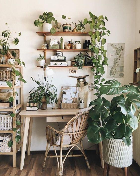 Faites entrer la nature dans votre bureau ! #bureau #chaise #table #bois #nature #plantes #urban #jungle #desk #inspiration #décoration