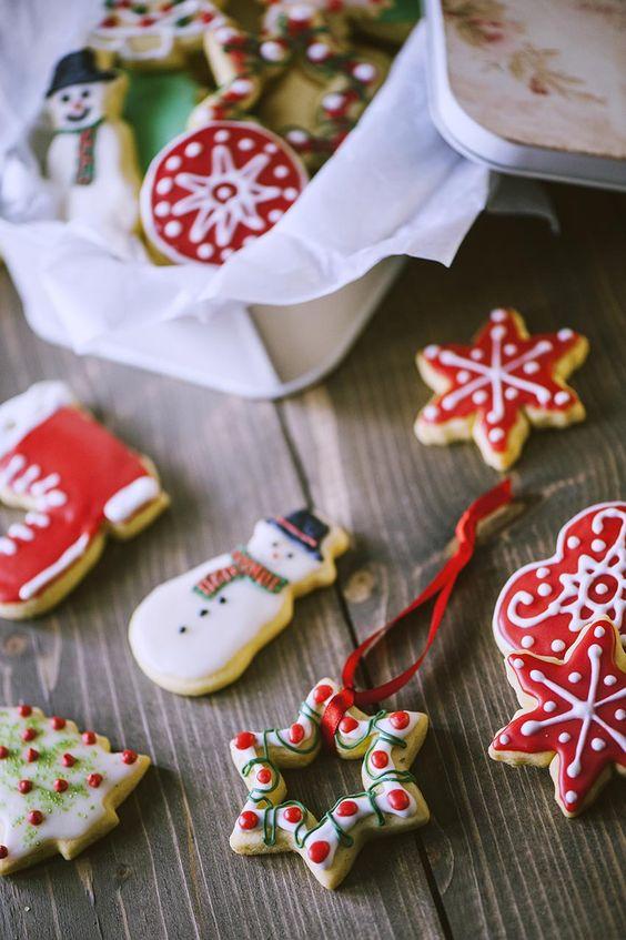 Non è Festa senza un dolcetto a portata di mano, giusto? Ecco i miei amati biscotti di Natale da decorare con glassa e ghiaccia, assieme ai tuoi cari!
