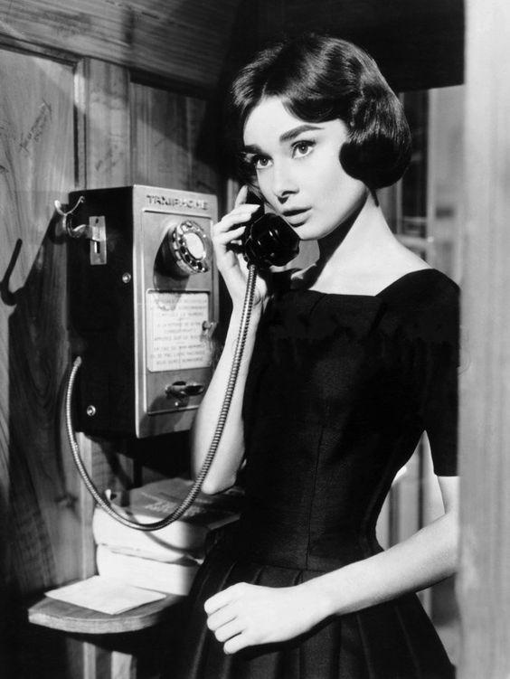 電話をかけるオードリー・ヘップバーン