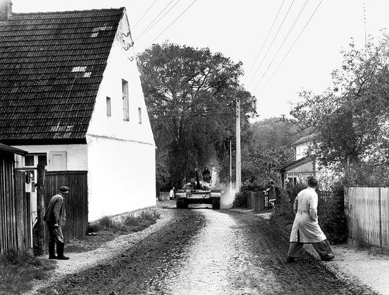 Panzer in Dagow, 1974: Jürgen Graetz, Jahrgang 1943, wuchs bei seinem Großvater in Dagow auf. Dort stöberte er in Kisten mit vergilbten Aufnahmen aus dem Ersten Weltkrieg und schoss mit einer Kunststoffkamera, einer Pouva Start, sein erstes Bild. Wenn nicht gerade sowjetische Panzer durch sein Heimatdorf rollen, gehört Graetz eher zu den ruhigen Fotografen, die sich im Hintergrund halten: beobachten und abwarten. Sich auf die Komposition des Bildes konzentrieren. Und erst dann abdrücken.