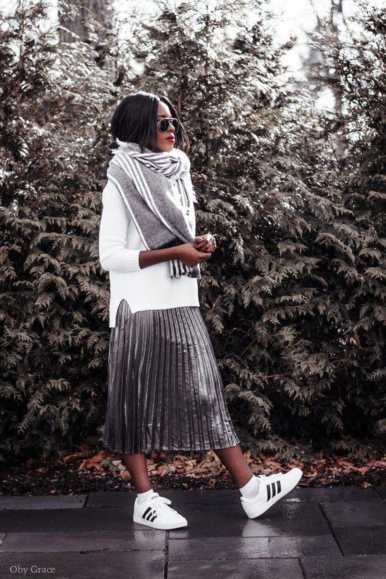 Faldas midi plizadas. Las faldas midi son perfectas para hacerte sentir mucho más cómoda en otoño. Combina con suéteres anchos y largos que creen siluetas over size. Combina con tenis o botines.