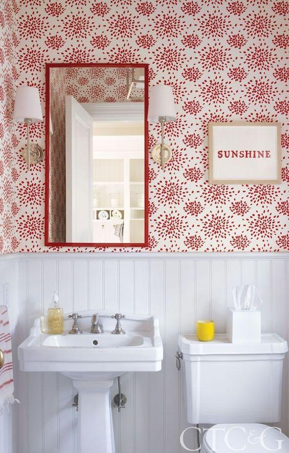 Warna merah sebagai aksen pada dinding dalam kamar mandi