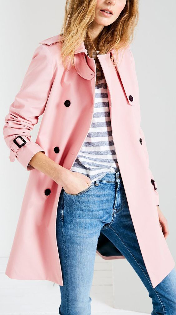 Gabardina de color rosa, a media pierna.