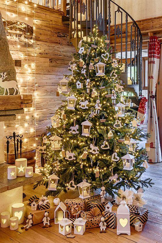 Albero di Natale con addobbi in legno bianco: lanterne a casetta, secchielli portacandela per un albero ecologico e originale