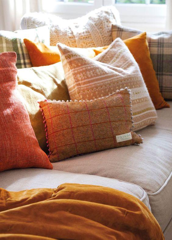 MG 2759. Cojines de colores marrones y texturas de invierno sobre el sofá