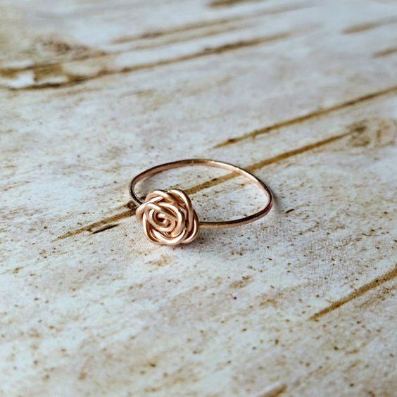 Anillo dorado finito con una rosa en medio #Rosas #Dorado #Anillos
