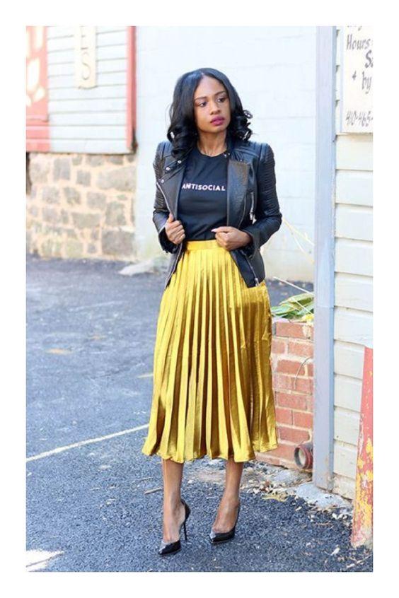 ¿Quieres ser una influencer? 😍👏💋 Descubre cómo en TiZKKA 📲#TiZKKAmoda #Tshirt #negro #chaqueta #piel #falda #plisada #mostaza #zapatillas #look #fashion