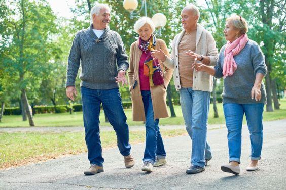 amis plus âgés marchant tout en parlant