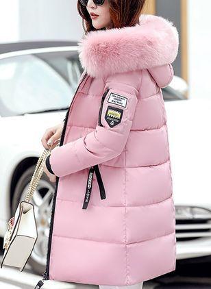 Chica con abrigo de plumas con capucha.