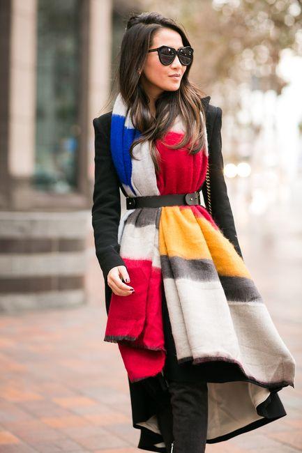 Chica con bufanda grande y cinto.