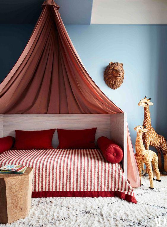 Warna merah sebagai aksen di kamar tidur anak perempuan