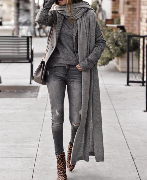 Chica con bufanda grande cruzada sobre un hombro.
