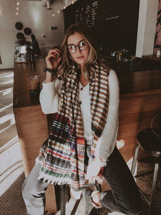 Chica con bufanda grande, estampada, sin cruzar.