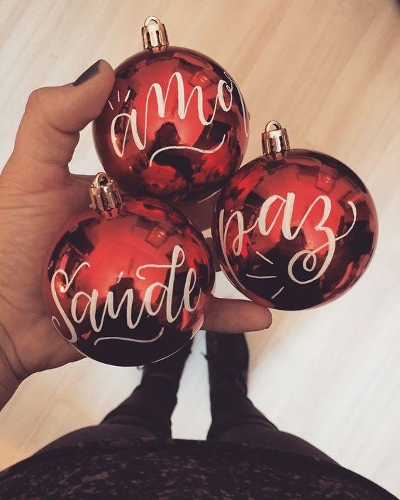 """Bruna Paschoarelli on Instagram: """"Dá para escrever em praticamente tudo! Hahaha • Bolinhas de Natal personalizadas • 🎅🏻🎄"""""""