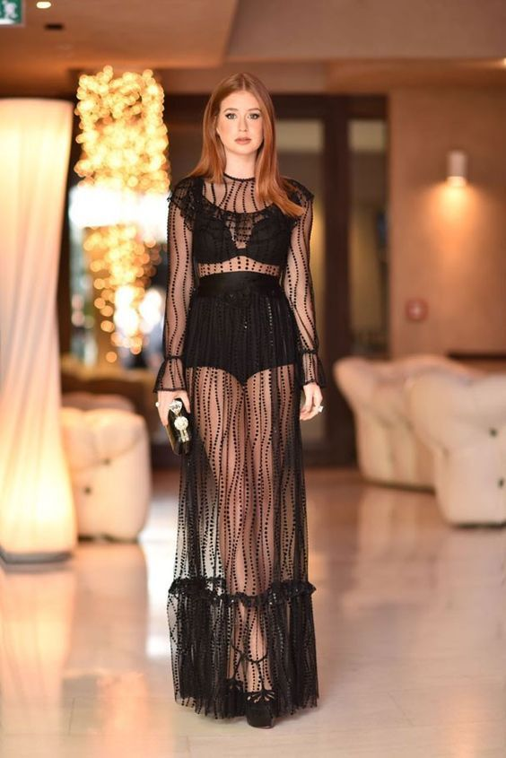 Marina Ruy Barbosa usando vestido todo transparente preto, com hot pant e sutiã.