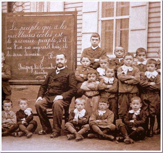 """Une photo de l'école de Buigny-lès-Gamaches, prise dans les alentours de 1910, et qui est apparu depuis dans beaucoup de livres d'histoire. Sur cette photo vous pouvez lire la phrase suivante : """"Le peuple qui a les meilleures écoles est le premier peuple, s'il ne l'est pas aujourd'hui il le sera demain"""" Jules Simon.  Pour l'anecdote, cette photo a été prise pas très loin de mon lieu d'habitation ^^"""