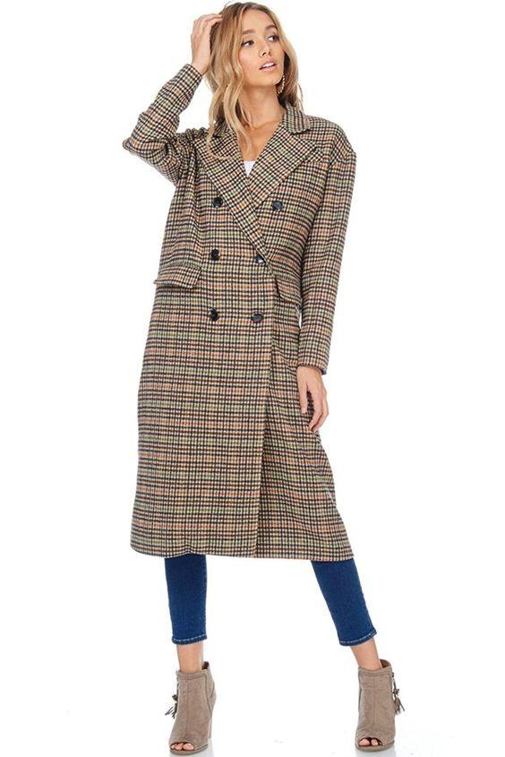 Abrigo largo con estampado de cuadros pequeños.
