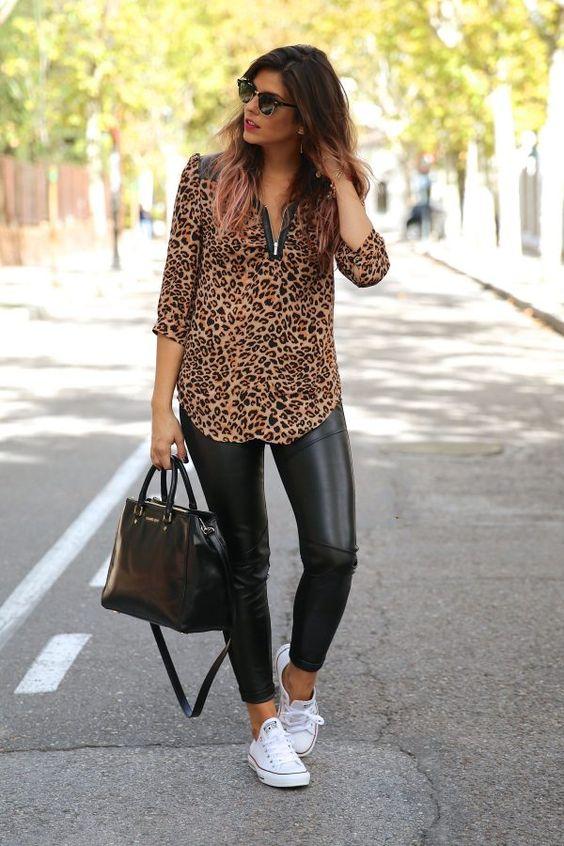 Chica con camisola de leopardo y pantalones de cuero.