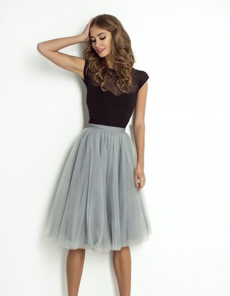 Chica con falda de tul midi.