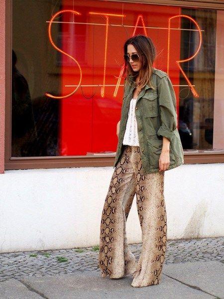 Pantalones palazzo de pitón: una prenda estupenda para combinar.