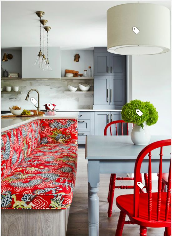 Warna merah sebagai aksen di dapur dan ruang makan.