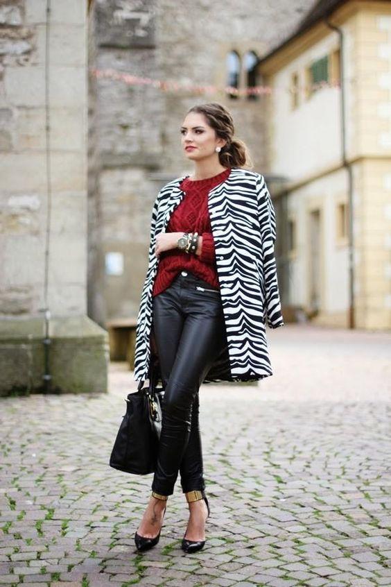 Chica con saco de estampado animal de cebra.