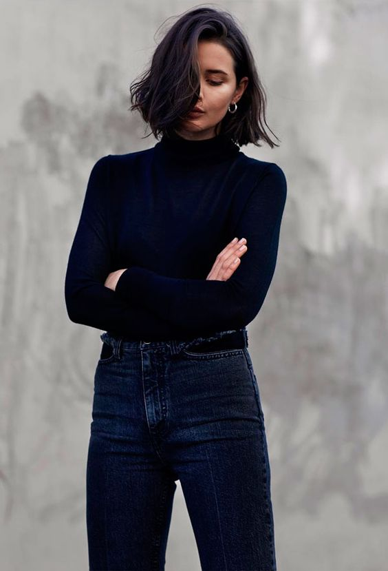 Calça jeans e turtleneck é um combo clássico, básico e certeiro.