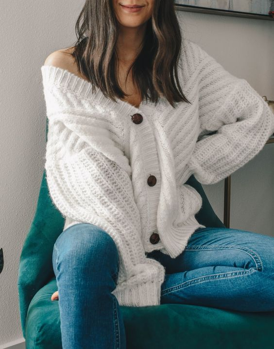Cozy fall outfit. White knit cardigan with blue jeans. Casual style inspiration. Winter outfit ideas. Women fashion. #falloutfit #winteroutfit #comfyoutfit #womenfashion #casualstyle #whitecardigan #bluejeans #knitwear #knitcardigan