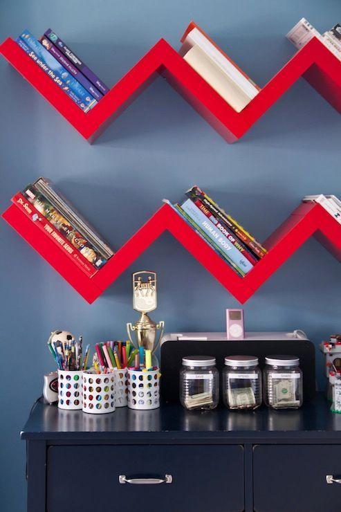 Warna merah dalam rak buku model floating.