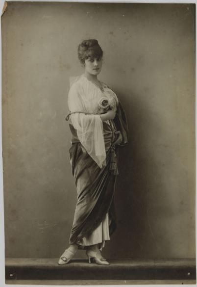 Portrait de Jacqueline Forzane en robe et manteau | Paris Musées