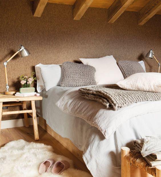 Dormitorio con pared de cabecero entelada y vigas 00444982