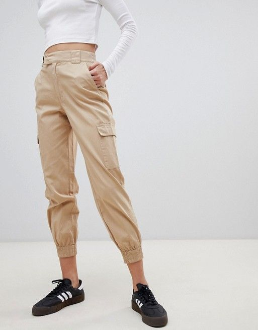 Modelo de cargo pants en color beige.