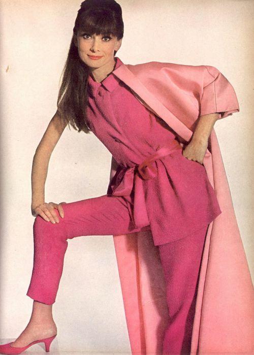 全身ピンクのオードリー・ヘップバーン