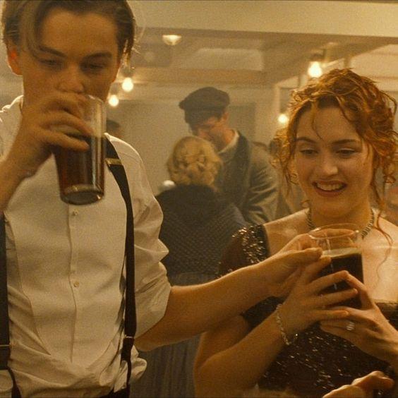 タイタニックで飲み物をもつ2人