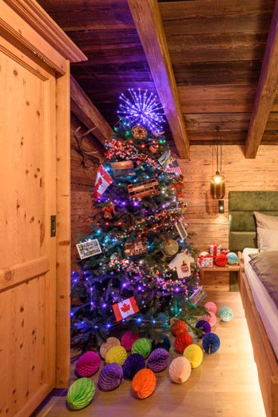 Albero di Natale Folk e molto colorato, un albero a tema viaggio all'occorrenza: metti in risalto con luci colorate souvenir dal mondo